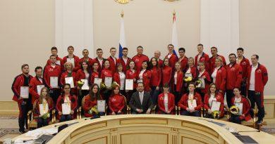Владимир Сысоев вручил победителям, финалистам WorldSkills Russia-2019 и их тренерам благодарственные письма губернатора Тюменской области.